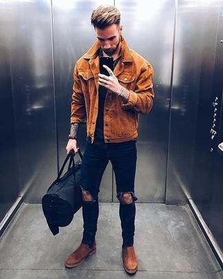 Comment porter: veste-chemise en daim tabac, t-shirt à col rond noir, jean skinny déchiré bleu marine, bottines chelsea en daim marron