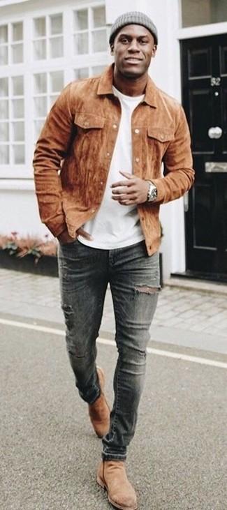 Comment porter: veste-chemise en daim marron, t-shirt à col rond blanc, jean skinny déchiré gris foncé, bottines chelsea en daim marron clair