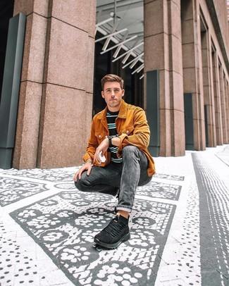 Comment porter: veste-chemise en velours côtelé orange, t-shirt à col rond à rayures horizontales noir, jean skinny gris foncé, chaussures de sport noires