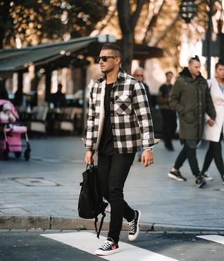 Comment porter: veste-chemise en flanelle écossaise blanche et noire, t-shirt à col rond noir, jean skinny noir, baskets basses en toile noires et blanches