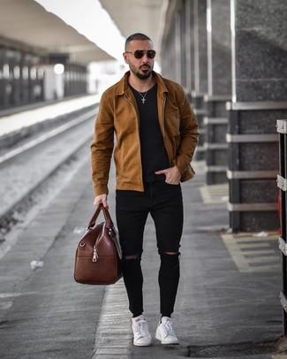 Comment porter un fourre-tout en cuir marron: Pense à harmoniser une veste-chemise marron avec un fourre-tout en cuir marron pour un look confortable et décontracté. Choisis une paire de des baskets basses en cuir blanches pour afficher ton expertise vestimentaire.
