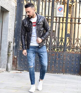 Tenue: Veste-chemise en cuir noire, T-shirt à col rond imprimé blanc et rouge, Jean skinny déchiré bleu, Baskets basses blanches
