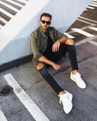 Comment porter un jean skinny avec des baskets basses pour un style relax: Pour une tenue aussi confortable que ton canapé, pense à harmoniser une veste-chemise olive avec un jean skinny. Une paire de des baskets basses est une option astucieux pour complèter cette tenue.