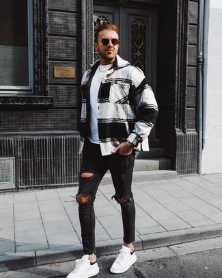 Comment porter: veste-chemise en flanelle écossaise blanche et noire, t-shirt à col rond blanc, jean skinny déchiré noir, baskets basses en cuir blanches et noires