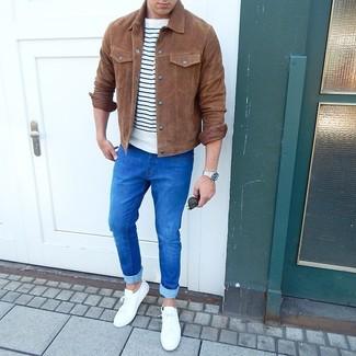 Comment porter: veste-chemise en daim marron, t-shirt à col rond à rayures horizontales blanc et bleu marine, jean skinny bleu, baskets basses blanches