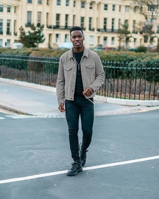 Comment porter une veste-chemise grise: Essaie de marier une veste-chemise grise avec un jean skinny bleu marine pour une tenue confortable aussi composée avec goût. Une paire de des baskets basses en cuir noires s'intégrera de manière fluide à une grande variété de tenues.