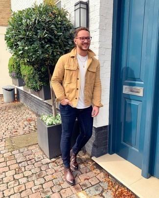 Comment porter des bottines chelsea en cuir marron: Marie une veste-chemise marron clair avec un jean skinny bleu marine pour une tenue confortable aussi composée avec goût. D'une humeur audacieuse? Complète ta tenue avec une paire de bottines chelsea en cuir marron.