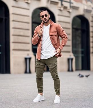 Comment porter: veste-chemise rose, t-shirt à col rond blanc, pantalon cargo olive, baskets basses en cuir blanches