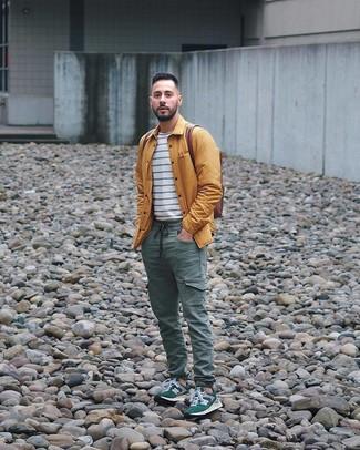 Comment porter un sac à dos en cuir marron: Harmonise une veste-chemise moutarde avec un sac à dos en cuir marron pour un look confortable et décontracté. Complète ce look avec une paire de des chaussures de sport vert foncé.