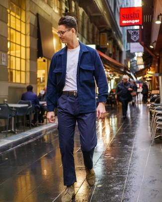 Comment porter: veste-chemise bleu marine, t-shirt à col rond blanc, pantalon cargo bleu marine, bottes brogue en daim olive