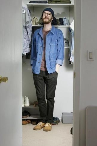 Comment porter un pantalon cargo: Associe une veste-chemise en denim bleue avec un pantalon cargo pour un déjeuner le dimanche entre amis. D'une humeur audacieuse? Complète ta tenue avec une paire de baskets basses en toile marron clair.