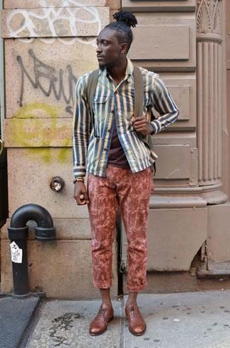 Comment porter: veste-chemise à rayures verticales bleue, t-shirt à col rond marron, pantalon chino rouge, chaussures richelieu en cuir marron clair