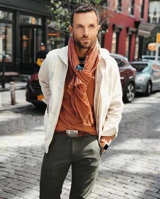 Comment porter: veste-chemise beige, t-shirt à col rond orange, pantalon chino olive, écharpe orange