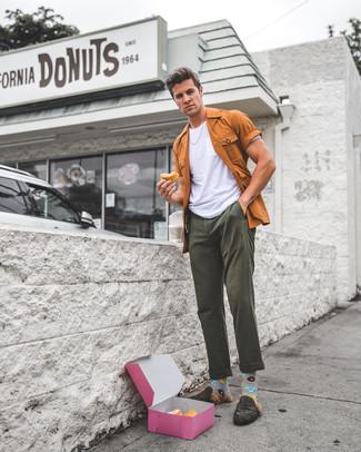 Comment porter: veste-chemise tabac, t-shirt à col rond blanc, pantalon chino olive, slippers en daim olive