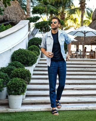 Comment porter: veste-chemise à rayures verticales bleu clair, t-shirt à col rond bleu marine, pantalon chino bleu marine, sandales en cuir bleu marine