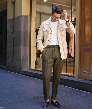 Comment porter: veste-chemise en lin beige, t-shirt à col rond blanc, pantalon chino en lin olive, slippers en cuir noirs