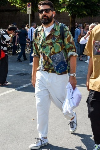 Comment porter un pantalon chino blanc: Pour une tenue de tous les jours pleine de caractère et de personnalité marie une veste-chemise camouflage olive avec un pantalon chino blanc. Jouez la carte décontractée pour les chaussures et opte pour une paire de des baskets basses en toile blanches.