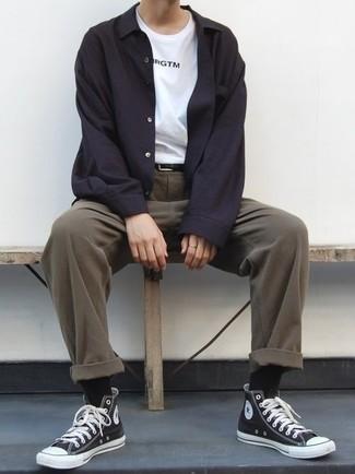 Tendances mode hommes: Pense à harmoniser une veste-chemise noire avec un pantalon chino marron pour prendre un verre après le travail. Jouez la carte décontractée pour les chaussures et choisis une paire de des baskets montantes en toile noires et blanches.