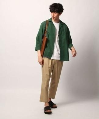 Comment porter une veste-chemise vert foncé: Essaie de marier une veste-chemise vert foncé avec un pantalon chino marron clair si tu recherches un look stylé et soigné. Jouez la carte décontractée pour les chaussures et opte pour une paire de des sandales en cuir noires.