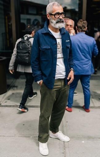 Comment porter des baskets basses blanches: Essaie d'associer une veste-chemise bleu marine avec un pantalon chino olive pour un look idéal au travail. Jouez la carte décontractée pour les chaussures et assortis cette tenue avec une paire de des baskets basses blanches.