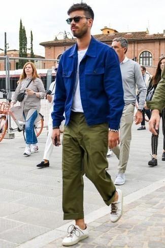 Comment porter des baskets basses blanches: Essaie d'harmoniser une veste-chemise bleue avec un pantalon chino olive pour prendre un verre après le travail. Jouez la carte décontractée pour les chaussures et fais d'une paire de des baskets basses blanches ton choix de souliers.
