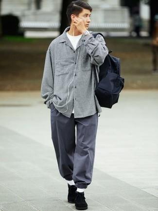 Une veste-chemise à porter avec un pantalon chino gris foncé: Pense à opter pour une veste-chemise et un pantalon chino gris foncé pour obtenir un look relax mais stylé. Une paire de des bottines chukka en daim noires est une option judicieux pour complèter cette tenue.