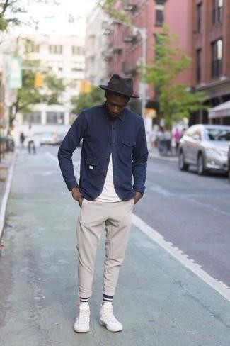 Comment porter un chapeau en laine gris foncé: Pense à associer une veste-chemise bleu marine avec un chapeau en laine gris foncé pour un look confortable et décontracté. Cette tenue se complète parfaitement avec une paire de des baskets montantes en toile blanches.