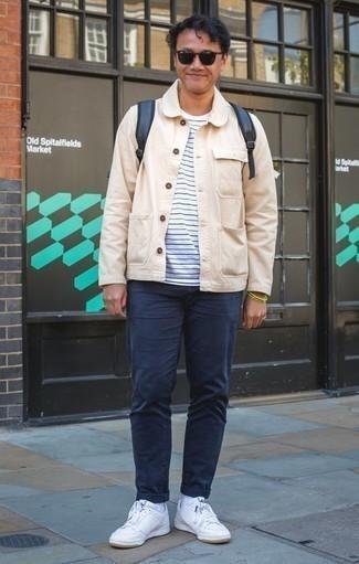 Comment porter une veste-chemise beige: Associer une veste-chemise beige avec un pantalon chino bleu marine est une option génial pour une journée au bureau. Jouez la carte décontractée pour les chaussures et opte pour une paire de des baskets basses en cuir blanches.