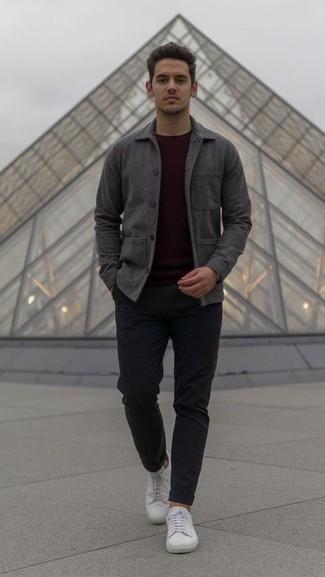 Comment porter une veste-chemise gris foncé: Pense à associer une veste-chemise gris foncé avec un pantalon chino noir si tu recherches un look stylé et soigné. Tu veux y aller doucement avec les chaussures? Fais d'une paire de des baskets basses en cuir blanches ton choix de souliers pour la journée.