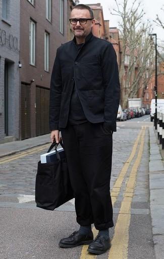 Comment porter des chaussettes gris foncé: Harmonise une veste-chemise noire avec des chaussettes gris foncé pour une tenue relax mais stylée. Habille ta tenue avec une paire de des chaussures derby en cuir noires.
