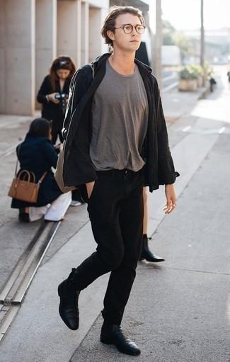 Comment porter une veste-chemise noire: Fais-toi remarquer parmi les autres civils stylés avec une veste-chemise noire et un pantalon chino noir. Complète cet ensemble avec une paire de des bottines chelsea en cuir noires pour afficher ton expertise vestimentaire.