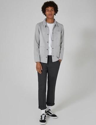 Une veste-chemise à porter avec un pantalon chino gris foncé: Essaie de marier une veste-chemise avec un pantalon chino gris foncé pour un look idéal au travail. Si tu veux éviter un look trop formel, complète cet ensemble avec une paire de des baskets basses en toile noires et blanches.