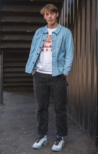 Tendances mode hommes: Essaie de marier une veste-chemise bleu clair avec un pantalon chino noir pour prendre un verre après le travail. Pour les chaussures, fais un choix décontracté avec une paire de des chaussures de sport bleu clair.