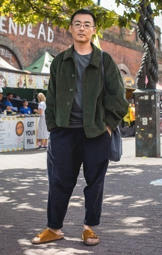 Comment porter un t-shirt à col rond bleu marine: Les journées chargées nécessitent une tenue simple mais stylée, comme un t-shirt à col rond bleu marine et un pantalon chino bleu marine. Tu veux y aller doucement avec les chaussures? Choisis une paire de des sandales en daim tabac pour la journée.