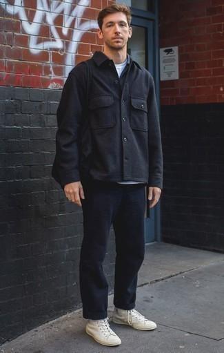 Comment porter une veste-chemise en laine noire: Pense à harmoniser une veste-chemise en laine noire avec un pantalon chino bleu marine pour créer un look chic et décontracté. Si tu veux éviter un look trop formel, opte pour une paire de des baskets montantes en toile blanches.