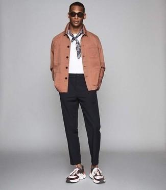 Tendances mode hommes: Pense à marier une veste-chemise rose avec un pantalon chino noir pour aller au bureau. Tu veux y aller doucement avec les chaussures? Termine ce look avec une paire de des chaussures de sport multicolores pour la journée.