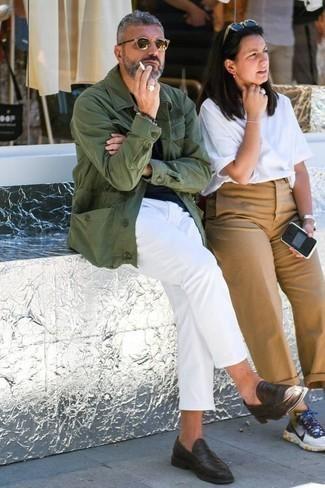 Comment porter des slippers en cuir marron foncé: Associer une veste-chemise olive avec un pantalon chino blanc est une option parfait pour une journée au bureau. Jouez la carte classique pour les chaussures et opte pour une paire de des slippers en cuir marron foncé.