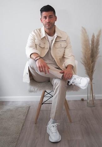 Comment porter des chaussures: Quelque chose d'aussi simple que d'harmoniser une veste-chemise beige avec un pantalon chino beige peut te démarquer de la foule. Jouez la carte décontractée pour les chaussures et termine ce look avec une paire de des chaussures de sport blanches.