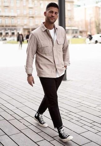 Comment porter des chaussures: Essaie de marier une veste-chemise en velours côtelé beige avec un pantalon chino marron foncé pour créer un look chic et décontracté. Tu veux y aller doucement avec les chaussures? Choisis une paire de des baskets montantes en toile noires et blanches pour la journée.