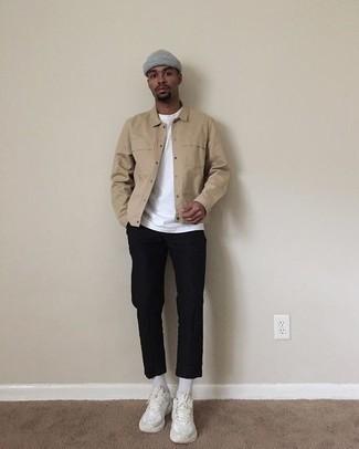 Comment porter un bonnet gris: Pense à associer une veste-chemise marron clair avec un bonnet gris pour un look idéal le week-end. Une paire de des chaussures de sport blanches est une option astucieux pour complèter cette tenue.