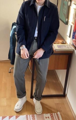 Comment porter un pantalon chino gris: Harmonise une veste-chemise bleu marine avec un pantalon chino gris pour achever un look habillé mais pas trop. D'une humeur audacieuse? Complète ta tenue avec une paire de des baskets montantes en toile blanches.
