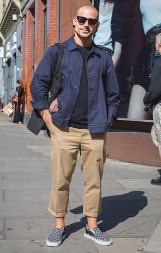 Comment porter un t-shirt à col rond noir après 40 ans: Associe un t-shirt à col rond noir avec un pantalon chino marron clair pour obtenir un look relax mais stylé. Une paire de des baskets à enfiler en toile à carreaux grises s'intégrera de manière fluide à une grande variété de tenues.