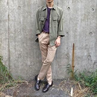 Comment porter une veste-chemise olive: Pense à associer une veste-chemise olive avec un pantalon chino beige pour créer un look chic et décontracté. Jouez la carte classique pour les chaussures et termine ce look avec une paire de des mocassins à pampilles en cuir marron foncé.