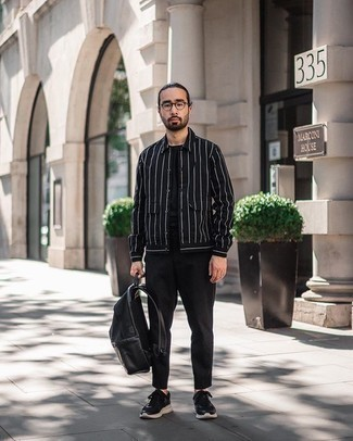Comment porter un sac à dos en cuir noir: Marie une veste-chemise à rayures verticales noire et blanche avec un sac à dos en cuir noir pour un look idéal le week-end. Une paire de des chaussures de sport noires et blanches est une option avisé pour complèter cette tenue.