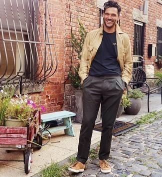 Comment s'habiller à 30 ans: Quelque chose d'aussi simple que d'harmoniser une veste-chemise en lin marron clair avec un pantalon chino gris foncé peut te démarquer de la foule. Une paire de baskets basses en daim marron clair apporte une touche de décontraction à l'ensemble.