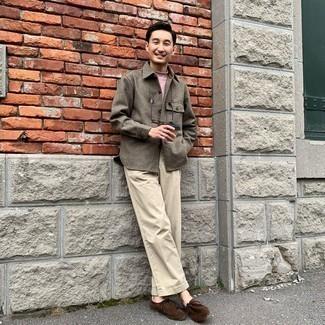 Comment s'habiller quand il fait frais: Associe un t-shirt à col rond rose avec un pantalon chino beige pour un look de tous les jours facile à porter.