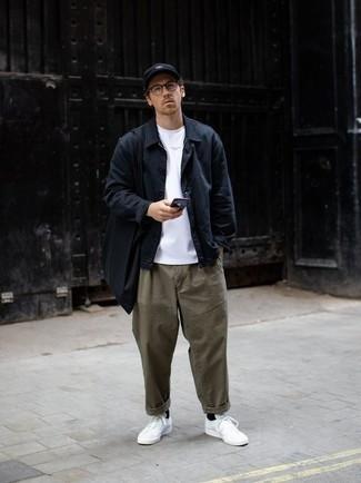Comment porter une veste-chemise bleu marine: Associer une veste-chemise bleu marine avec un pantalon chino olive est une option parfait pour une journée au bureau. Une paire de baskets basses en toile blanches apporte une touche de décontraction à l'ensemble.