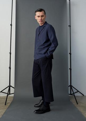 Comment porter un pantalon chino bleu marine: Associe une veste-chemise bleu marine avec un pantalon chino bleu marine si tu recherches un look stylé et soigné. D'une humeur audacieuse? Complète ta tenue avec une paire de chaussures derby en cuir noires.