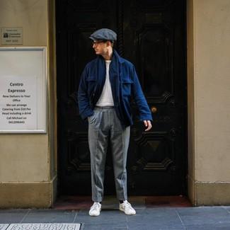 Comment porter: veste-chemise en laine bleu marine, t-shirt à col rond blanc, pantalon de costume en laine gris, baskets basses en cuir blanches