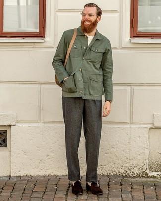Comment porter: veste-chemise vert foncé, t-shirt à col rond blanc, pantalon de costume en laine gris foncé, slippers en daim marron foncé